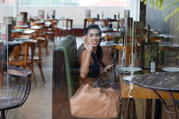 Com a mãe, ex-BBB Juliana Dias passeia em shopping