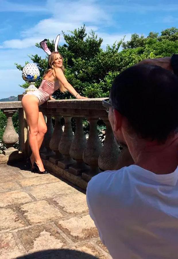 Luana Piovani aparece de coelhinha nos bastidores da Playboy
