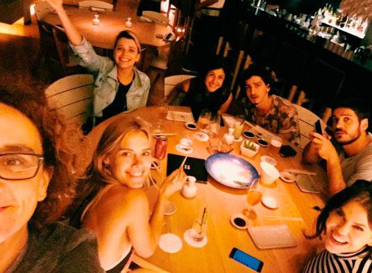 Elenco de A Regra do Jogo se reúne para jantar de despedida