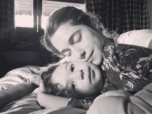 Letícia Spiller aparece agarradinha com a filha na cama