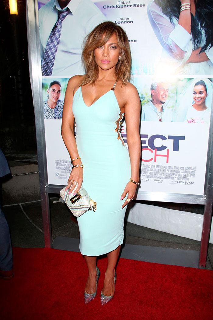 Jennifer Lopez usa look decotado e justinho em pré-estreia
