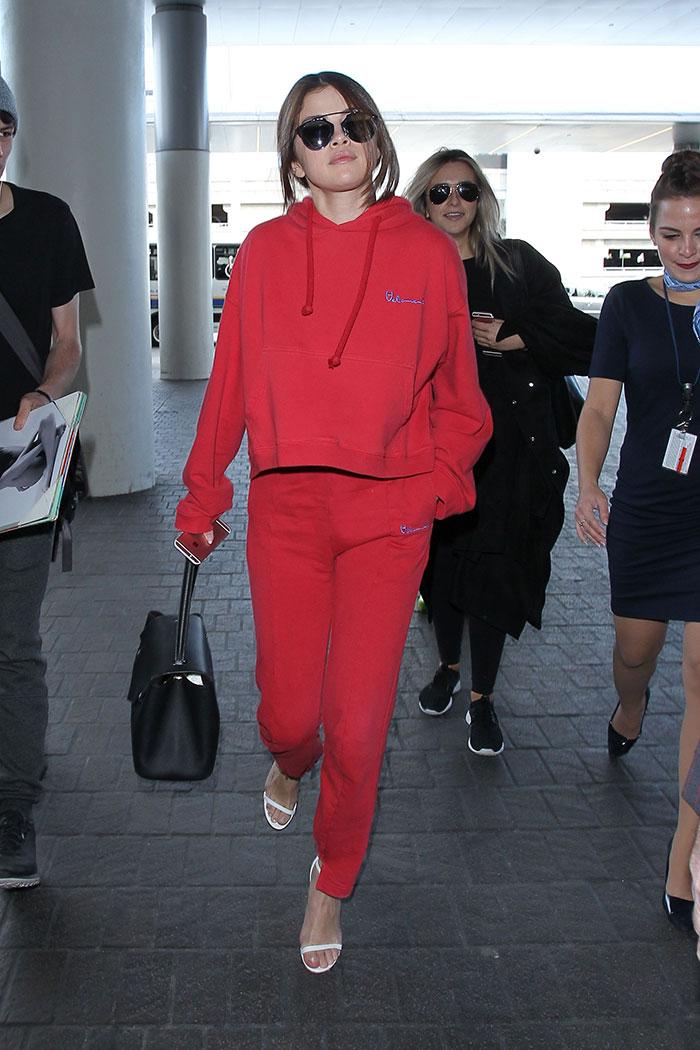 Confortável! Selena Gomez desembarca em Los Angeles