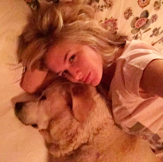Fiorella Mattheis posa juntinho com cachorra: 'Irmãzinha'