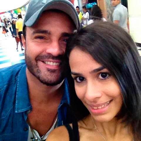 Douglas Sampaio e Phavanello recebem carinho antes de viajar
