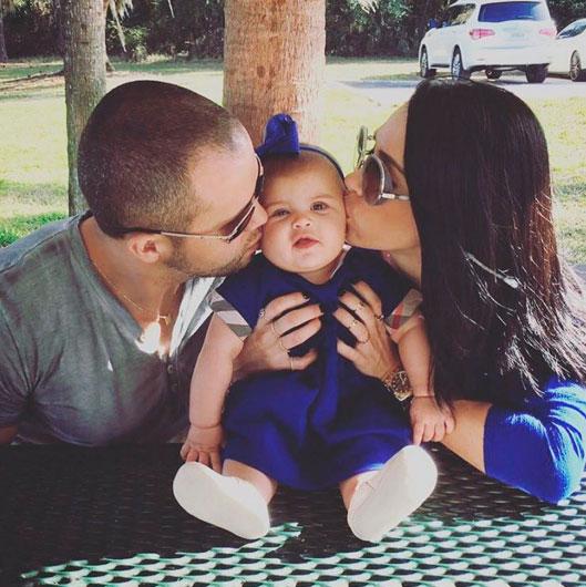 Fofura! Bella Falconi mostra a filha ganhando beijinhos