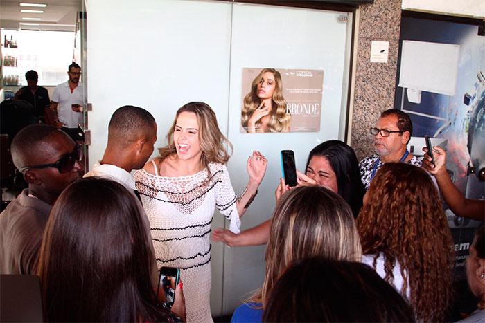 Ana Paula recebe muito carinho após gravar para o Vídeo Show