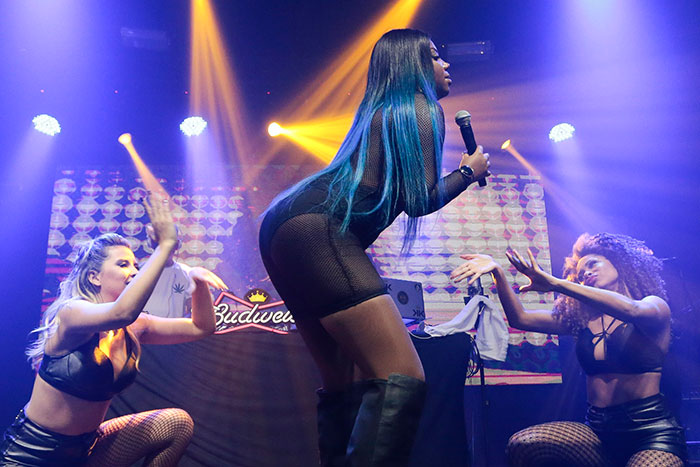 Ludmilla aposta em transparência e cabelo azul para show