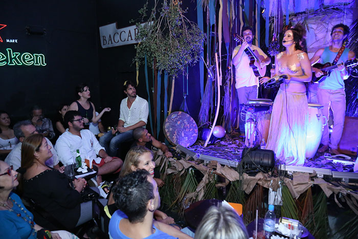 Marcello Antony e Emanuelle Araújo curtiram show de Lan Lanh
