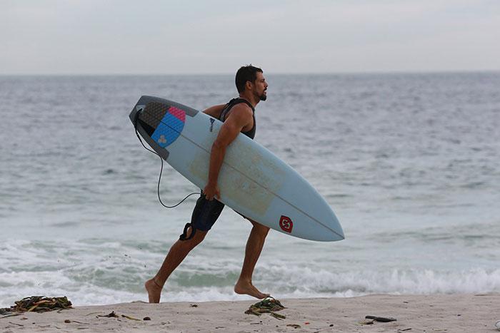 Cauã Reymond 'leva um caldo' em dia de surfe