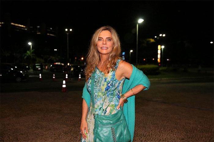Bruna Lombardi assiste ao show de Djavan com a família