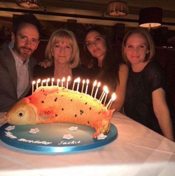 Victoria Beckham festeja niver da mãe com bolo diferente