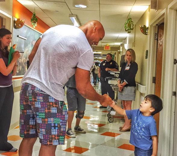 The Rock visita crianças em hospital de Savannah