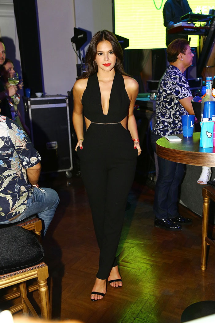 Bruna Marquezine esbanja beleza e glamour em aniversário