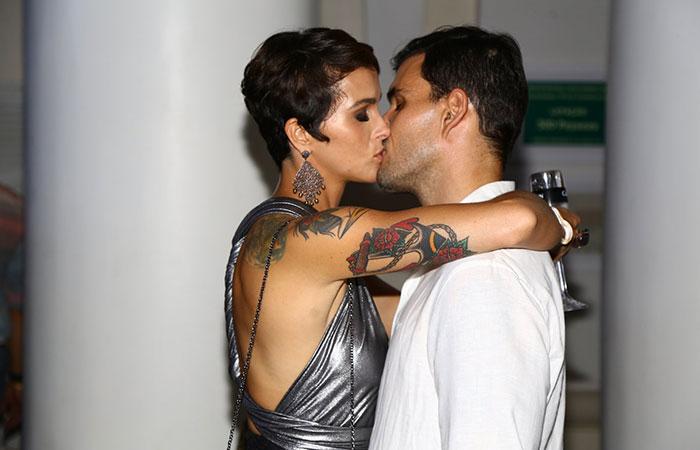 Romance! Famosos beijam muito em aniversário de promoter