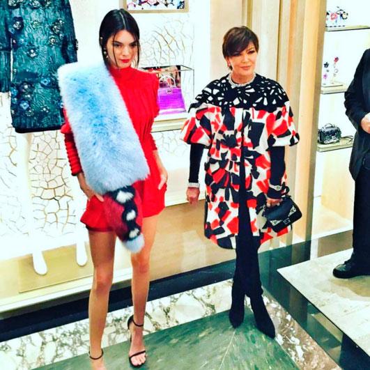 Kendall Jenner deixa pernas de fora em evento na Itália