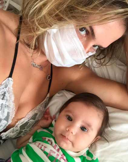 Deborah Secco usa máscara de proteção para mimar a filha
