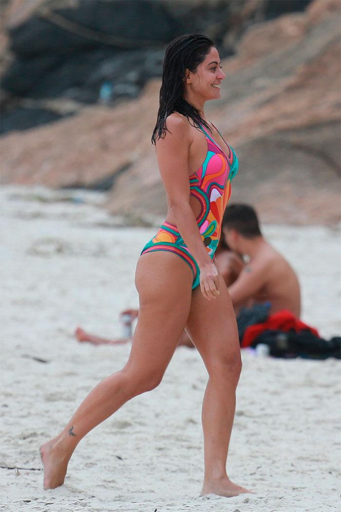 Antes de estreia de novela, Carol Castro curte praia no Rio