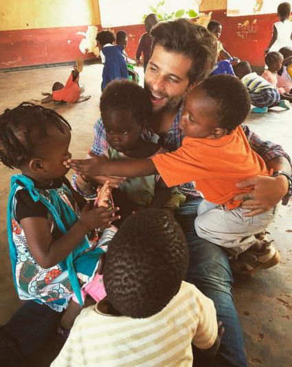 Bruno Gagliasso brinca com crianças carentes na África