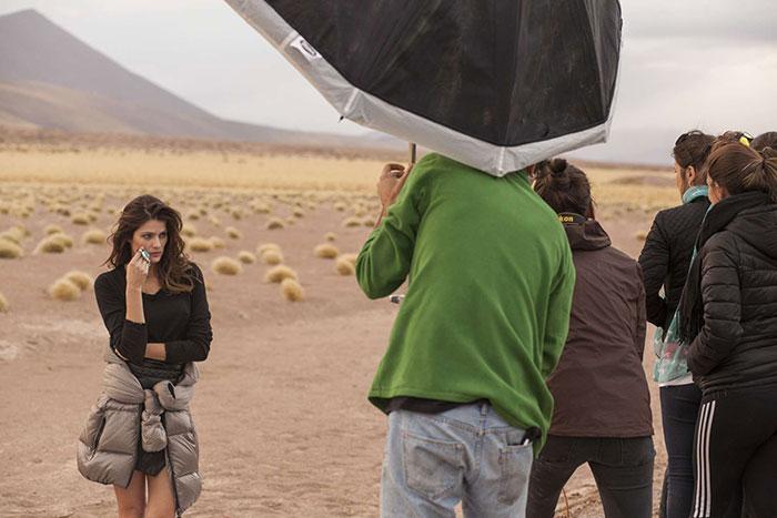 Isabeli Fontana transforma o deserto em paraíso em ensaio