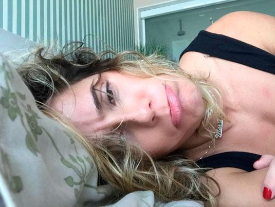 Deborah Secco 'reclama' de gripe com careta na internet