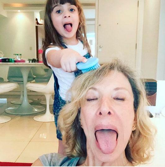 Marília Gabriela posa com a neta: 'Saudade do papel de avó'