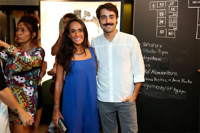 Cauã Reymond vai a evento de revista e esbanja bom humor