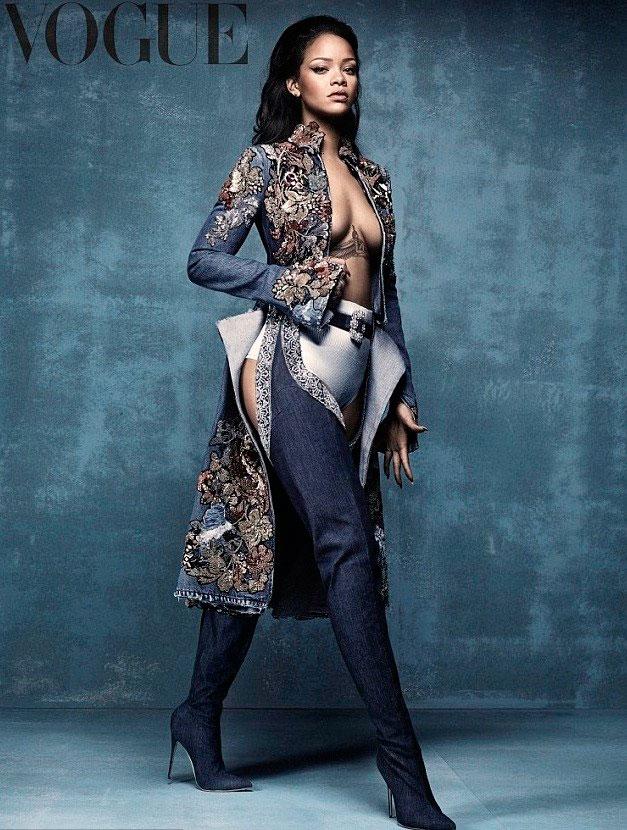 Rihanna posa de topless e deixa bumbum à mostra em ensaio