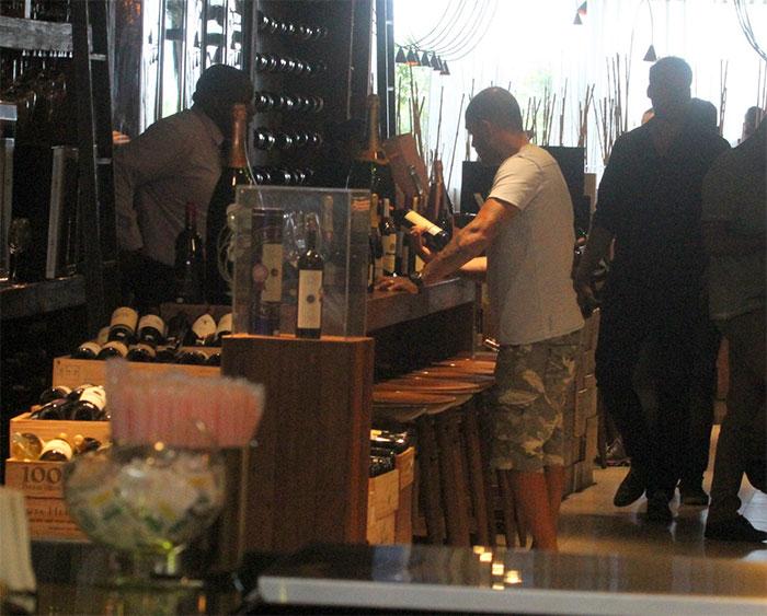 Diogo Nogueira aposta no charme para escolher vinhos no Rio