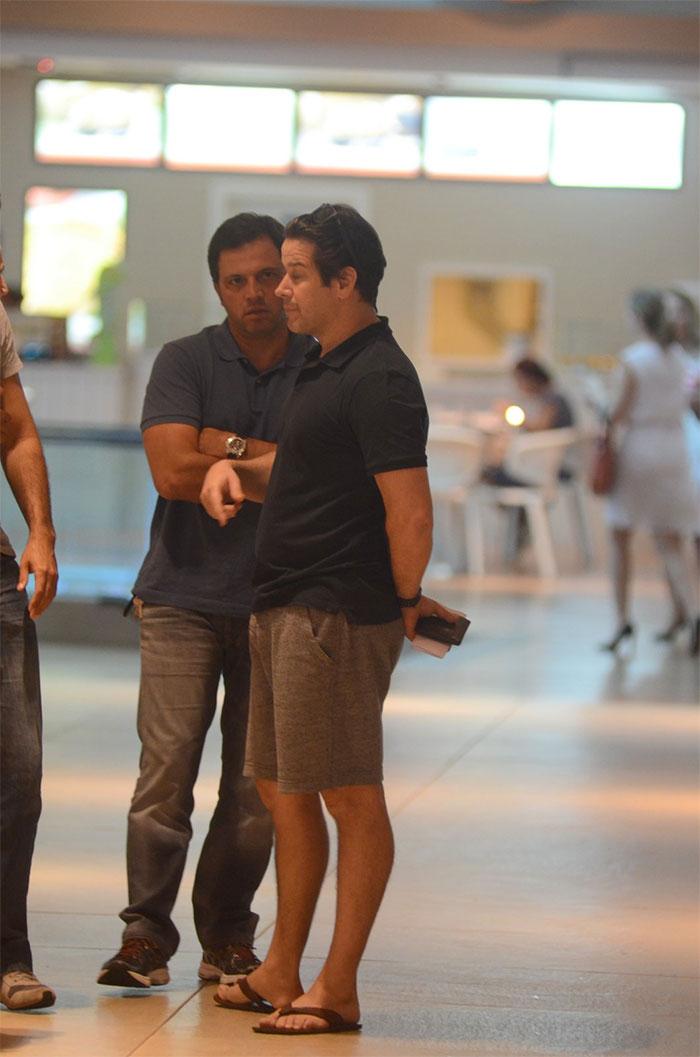 Murilo Benício aproveita dia de folga para conversar no Rio