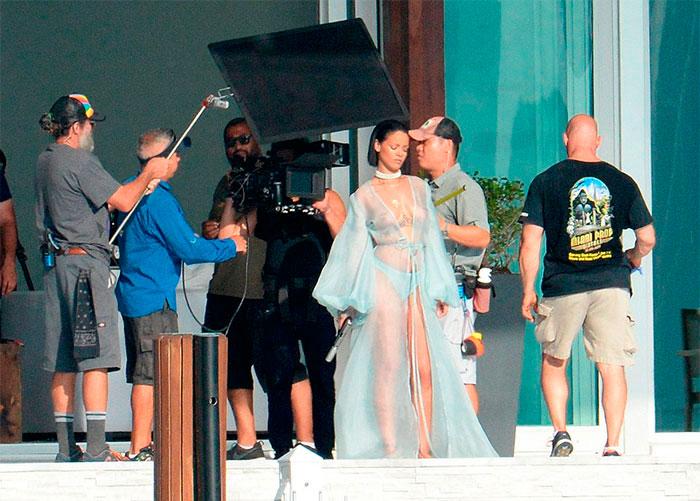 Uau! Rihanna grava clipe de topless e fio dental