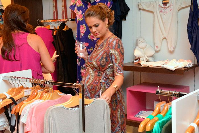 Thais Pacholeck marca presença em inauguração de loja