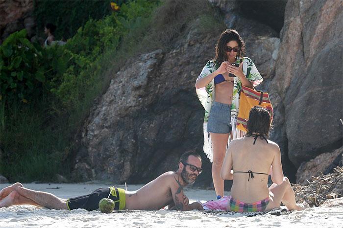 Carol Castro mostra boa forma e carisma em dia de praia