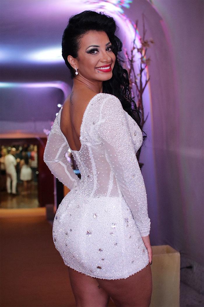 Cinthia Santos usa vestido de R$ 15 mil em evento