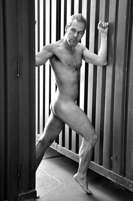 Aos 43 anos, Nico Puig posa nu e exibe sua ótima forma