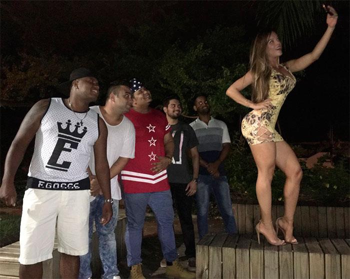 Denise Dias se torna musa do selfie em clipe