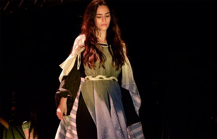 Brendha Haddad impressiona com visual mais velho para peça