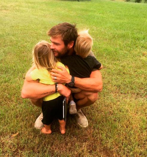 Chris Hemsworth esbanja fofura com os filhos gêmeos
