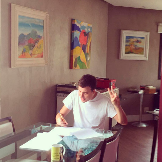 Rafael Cortez mostra momento em que 'assinou' com a Globo