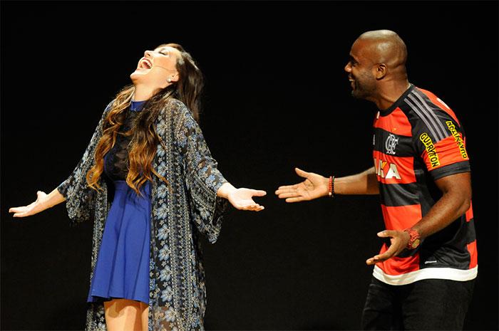 Guilherme Leicam confere peça de teatro no Rio