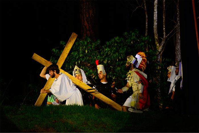 Kayky Brito e Luciano Szafir emocionam em A Paixão de Cristo