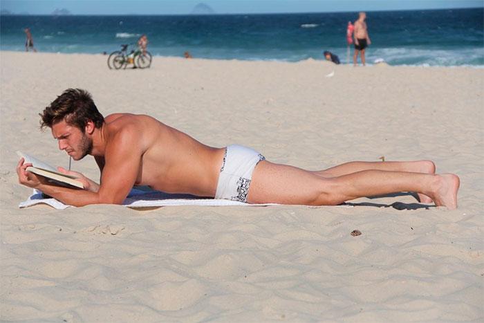 Gabriel Mandergan aproveita dia de praia para terminar livro