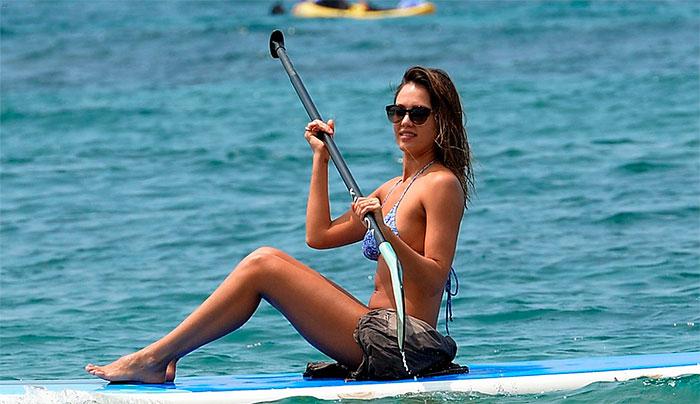 Jessica Alba para tudo ao mostrar corpão no Havaí