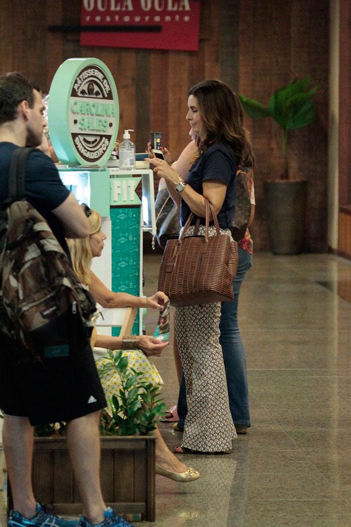 Fátima Bernardes aposta na elegância para fazer compras