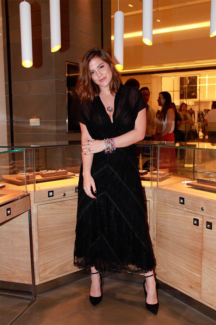 Alice Wegmann é só sorrisos em evento de joias