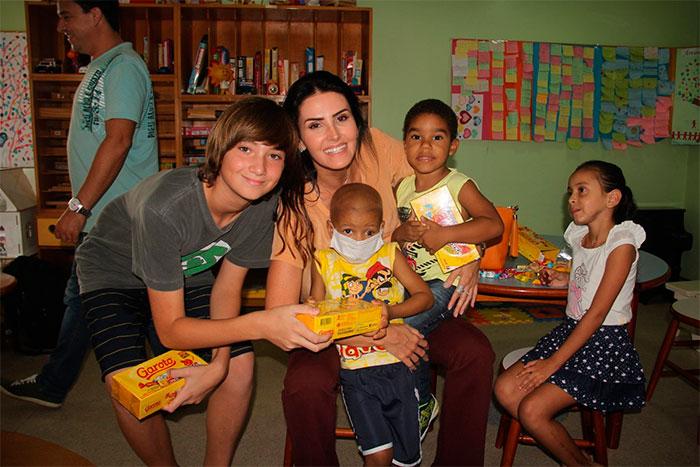 Lisandra Souto distribuiu chocolates para crianças