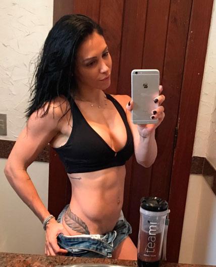 Bella Falconi dá dicas de saúde e impressiona por boa forma