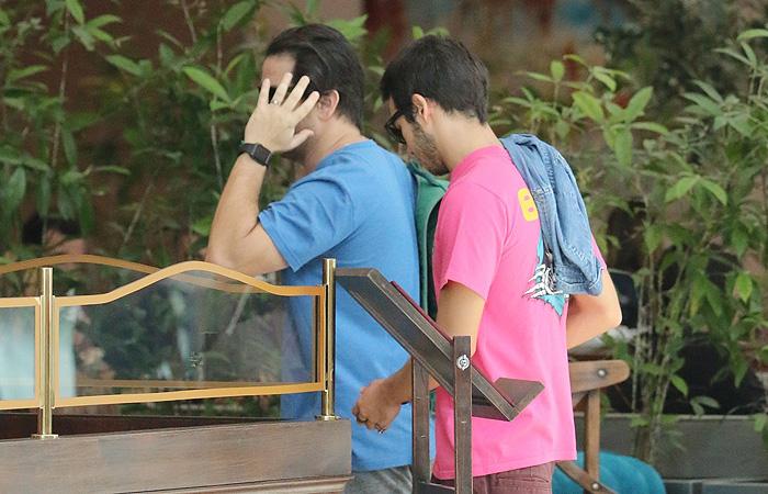 Murilo Benício esconde o rosto em almoço com amigo no RJ