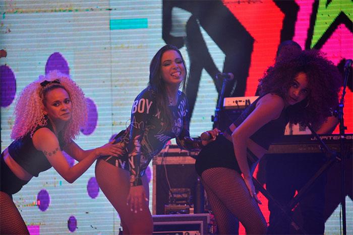 Com body cavadíssimo, Anitta sensualiza em show