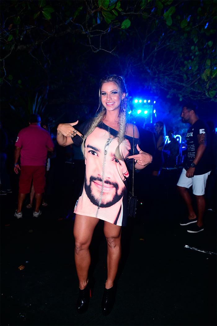 Tiete! Andressa Suita usa vestido com rosto de Gusttavo Lima