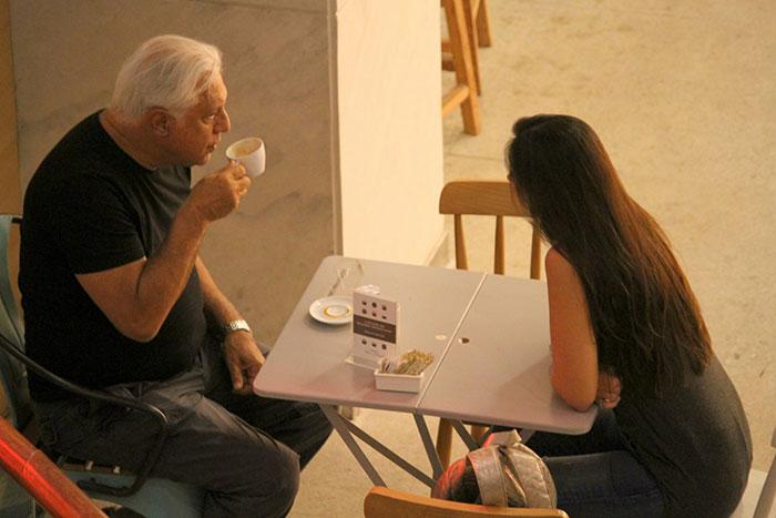 Antônio Fagundes curte passeio no shopping com a mulher